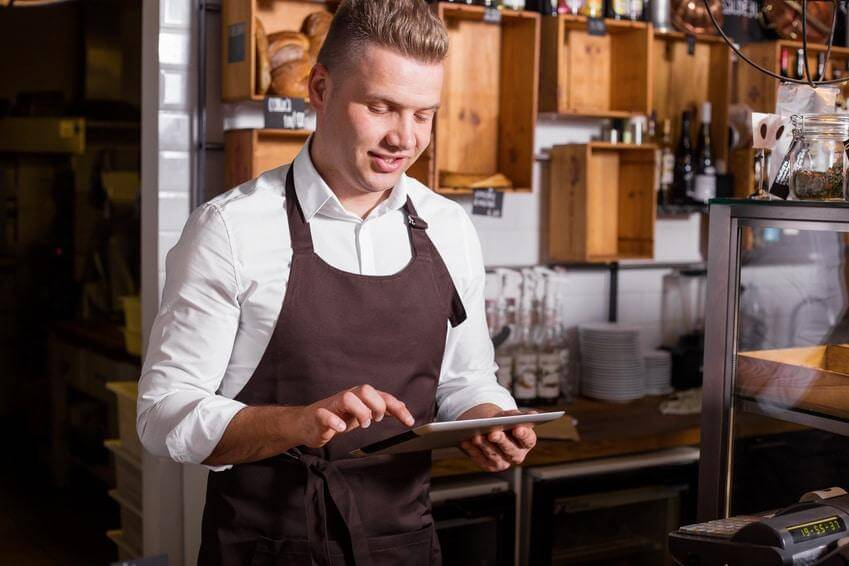 Kellner mit iPad in der Hand